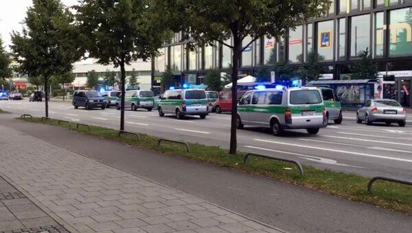 Полиция движется в сторону торгового центра в Мюнхене, где произошла стрельба. 22 июля 2016