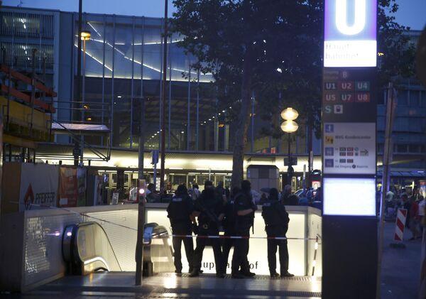 Сотрудники полиции стоят возле входа на железнодорожный вокзал в Мюнхене