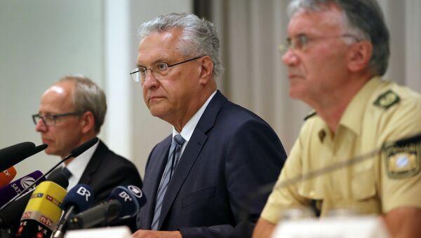 Глава МВД Баварии Иоханн Херрманн (в центре). 25 июля 2016 год