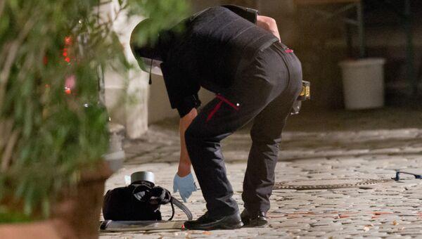 Сотрудник правоохранительных органов на месте взрыва в немецком городе Ансбахе. 25 июля 2016