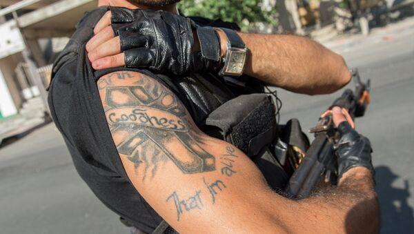 Член группы Сасна црер на территории захваченного полка ППС полиции района Эребуни в Ереване
