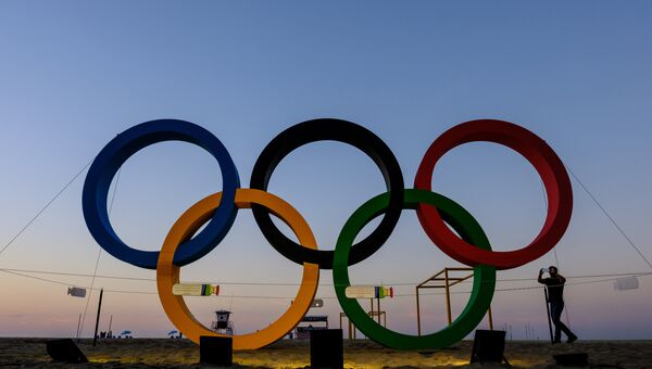 Олимпийские кольца на пляже Копакабана в Рио-де-Жанейро. Архивное фото