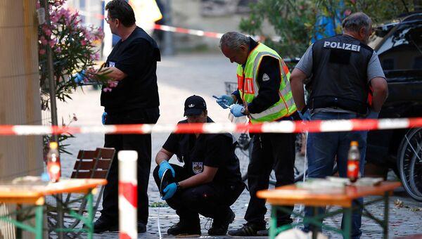Сотрудники полиции на месте взрыва в Ансбахе. Июль 2016