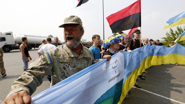 Украинские активисты блокируют движение крестного хода в Борисполе. Архивное фото