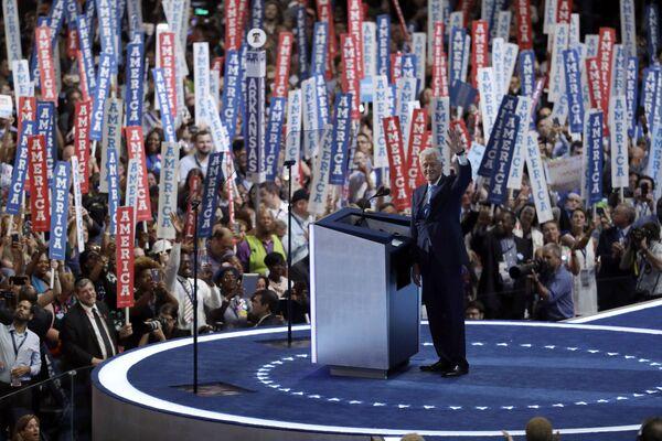 Билл Клинтон обращается к делегатам во время общенационального съезда Демократической партии в Филадельфии