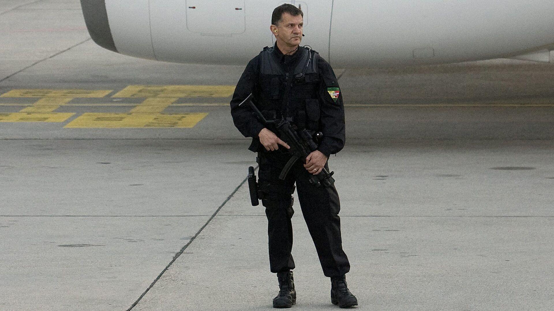 Сотрудник швейцарской полиции в аэропорту Женевы - РИА Новости, 1920, 01.05.2021