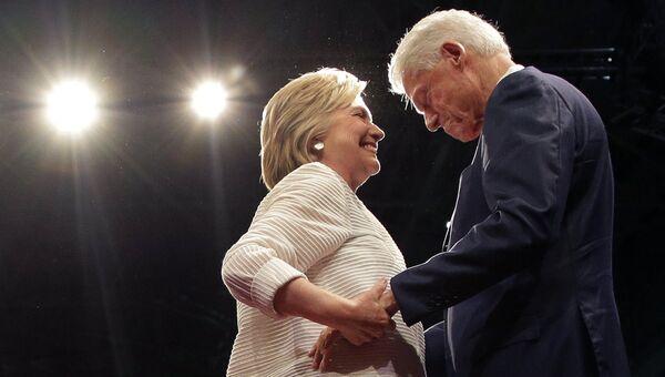 Кандидат в президенты США Хиллари Клинтон с мужем, экс-президентом США Биллом Клинтоном в Нью-Йорке