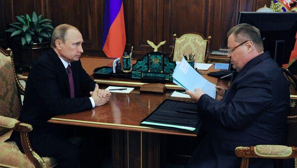 Президент России Владимир Путин и полномочный представитель президента РФ в ЮФО Владимир Устинов. Архивное фото
