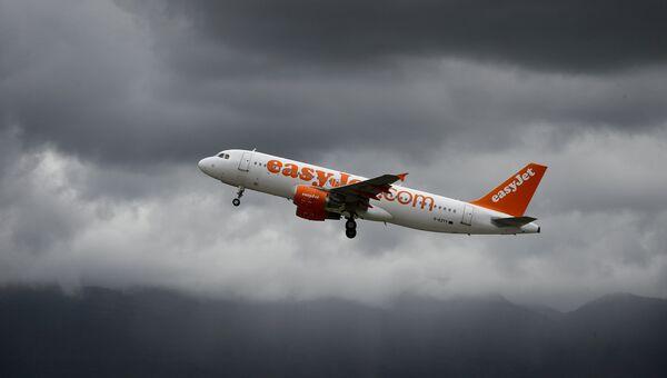 Самолет британский авиакомпании-лоукостера EasyJet во время полета