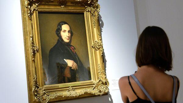 Посетитель у картины Портрет И. Айвазовского работы А. Тыранова в Третьяковской галерее на Крымском Валу