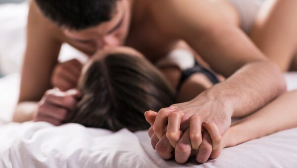 Молодая пара в кровати. Архивное фото