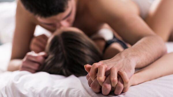 Молодая пара в кровати