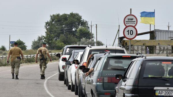 Автомобили на пункте пропуска на границе России и Украины в Крыму. Архивное фото