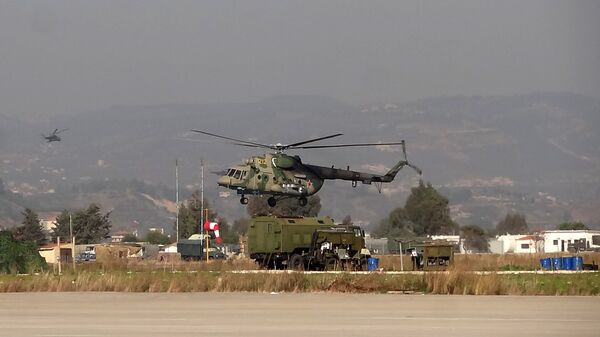 Вертолет Ми-8 Воздушно-космических сил РФ совершает облет территории авиабазы Хмеймим в Сирии