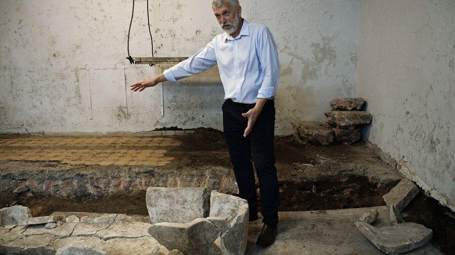 Директор Института археологии РАН Николай Макаров во время раскопок на месте демонтированного 14-го корпуса Московского Кремля