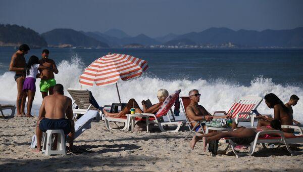 Отдыхающие на пляже в Бразилии. Архивное фото