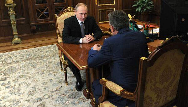 Президент РФ Владимир Путин во время встречи в Кремле с председателем Внешэкономбанка Сергеем Горьковым. 3 августа 2016