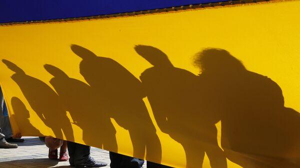 Люди с флагом Украины в Киеве