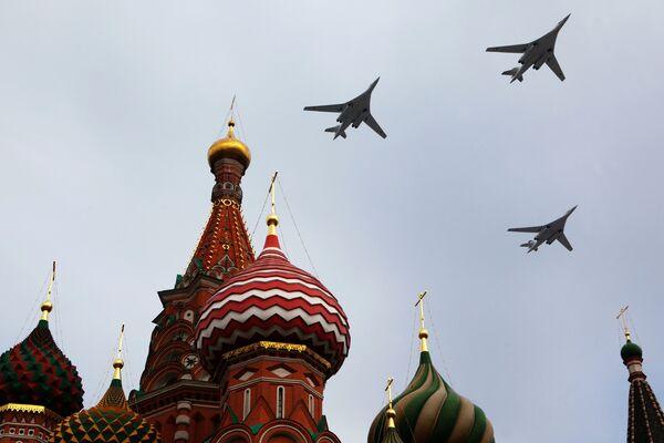 Стратегические бомбардировщики Ту-160 над Красной площадью во время репетиционного пролета в преддверии Парада Победы