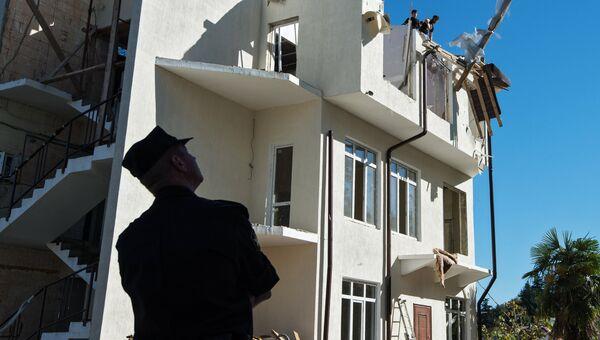 Судебный пристав во время сноса жилого дома в Сочи, признанного незаконным по решению суда