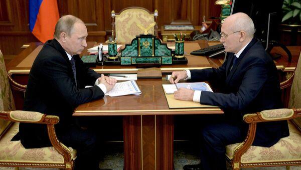 Президент России Владимир Путин и глава Республики Башкортостан Рустэм Хамитов во время встречи в Кремле. 5 августа 2016
