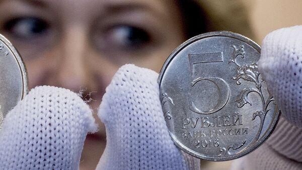 Монеты номиналом 5 рублей Вильнюс демонстрирует сотрудник Центрального хранилища Банка России