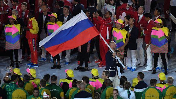 Знаменосец сборной России Сергей Тетюхин во время парада атлетов и членов национальных делегаций на церемонии открытия XXXI летних Олимпийских игр в Рио-де-Жанейро. Архивное фото