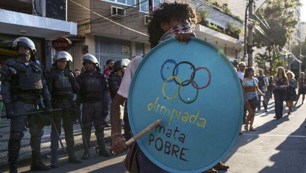 Участник акции протеста против проведения летних Олимпийских Игр в Рио-де-Жанейро рядом со стадионом Маракана