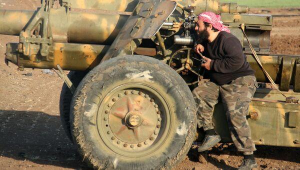 Боевик террористической группировки Джейш аль-Фатх в пригороде Алеппо, Сирия. Архивное фото