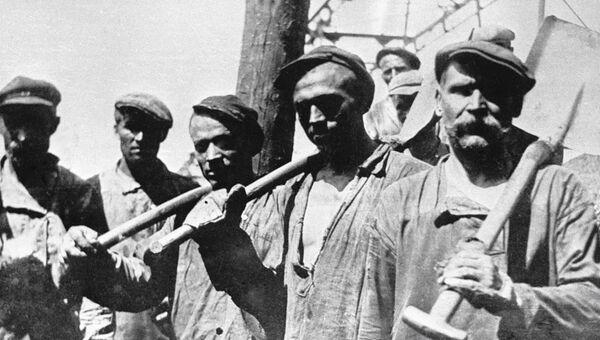 Ударная бригада грузчиков шахты Центральная