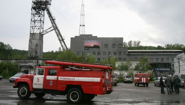 Пожарная машина у шахты Юбилейная в Кузбассе. Архивное фото