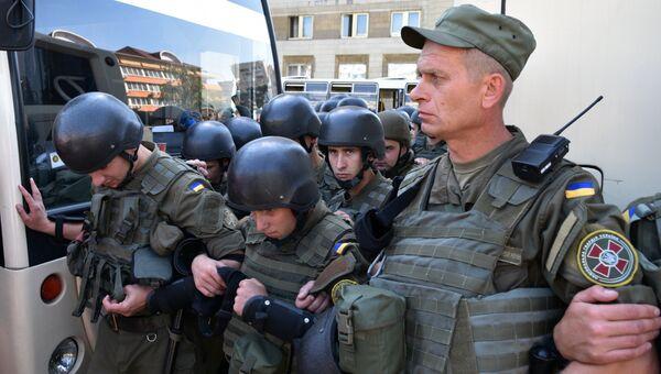 Военнослужащие внутренних войск Украины возле Оболонского суда в Киеве, который рассматривает дело участников батальона Торнадо. Архивное фото