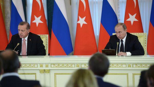 Президент России Владимир Путин и президент Турции Реджеп Тайип Эрдоган на пресс-конференции по итогам российско-турецких переговоров в Константиновском дворце