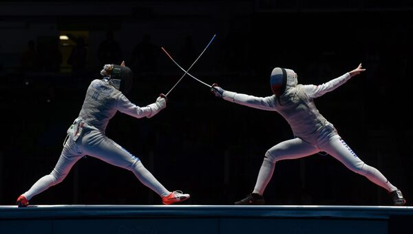 Элиза Ди Франчиска (Италия) и Инна Дериглазова (Россия) в финальном поединке индивидуальных соревнований по фехтованию на рапирах среди женщин на XXXI летних Олимпийских играх