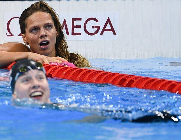 Юлия Ефимова после финального заплыва на 100 м брассом во время соревнований по плаванию