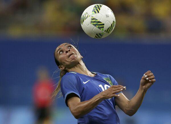 Игрок женской бразильской сборной по футболу во время матча с ЮАР на летних Олимпийских играх в Рио-де-Жанейро