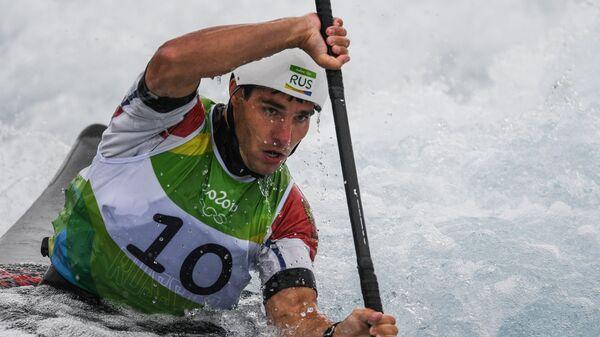 Павел Эйгель во время заплыва на байдарке-одиночке в соревнованиях по гребному слалому на XXXI летних Олимпийских играх
