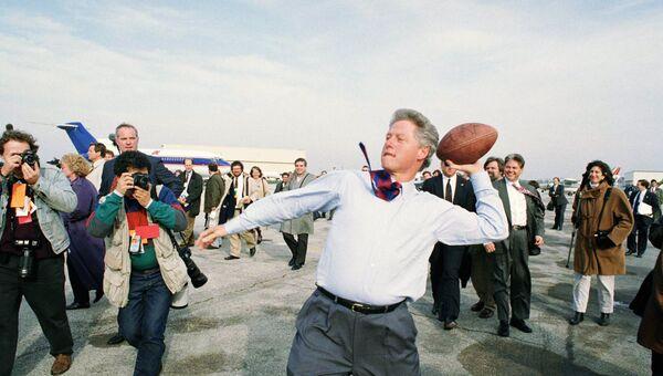 Кандидат в президенты от демократов Билл Клинтон бросает мяч, аэропорту Мидуэй