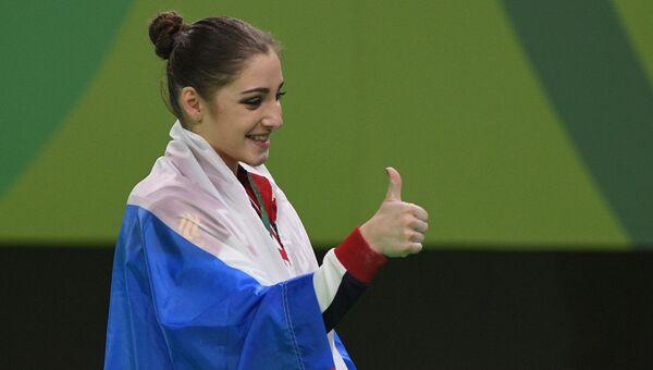 Алия Мустафина, завоевавшая золотую медаль в упражнениях на брусьях на XXXI летних Олимпийских играх