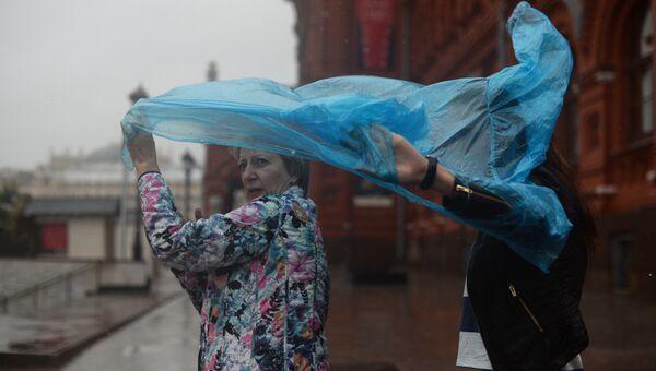 Женщины во время дождя на одной из улиц Москвы. Архивное фото