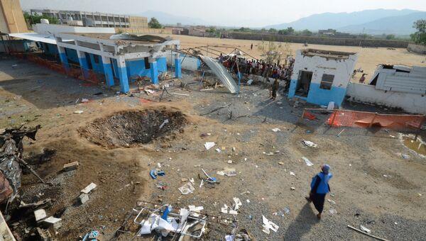 Кратер от авиаудара во дворе больницы в провинции Хаджа, Йемен