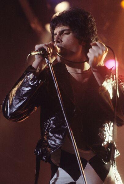Фредди Меркьюри во время концерта в Нью-Хейвене