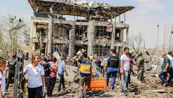 Сотрудники полиции и спасатели на месте взрыва у отделения полиции на востоке Турции
