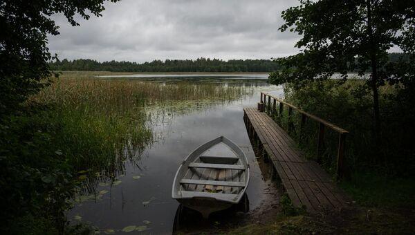 Лодка у причала в национальном парке Себежский в Псковской области