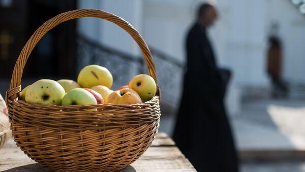 Яблоки, освященные во время богослужения в честь праздника Преображения Господня в соборе Воздвижения Креста Господня в Омске