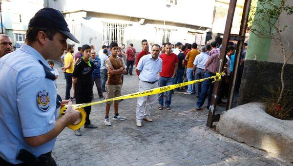 Полиция на месте взрыва в турецком Газиантепе, 21 августа 2016