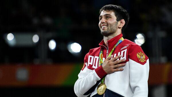 Сослан Рамонов (Россия), завоевавший золотую медаль в соревнованиях по вольной борьбе на XXXI летних Олимпийских играх