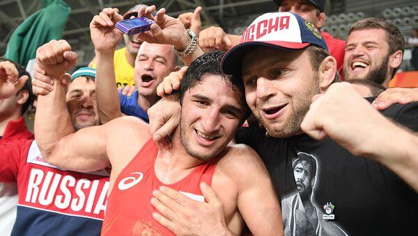 Болельщики поздравляют Абдулрашида Садулаева (Россия), завоевавшего золотую медаль по вольной борьбе на XXXI летних Олимпийских играх