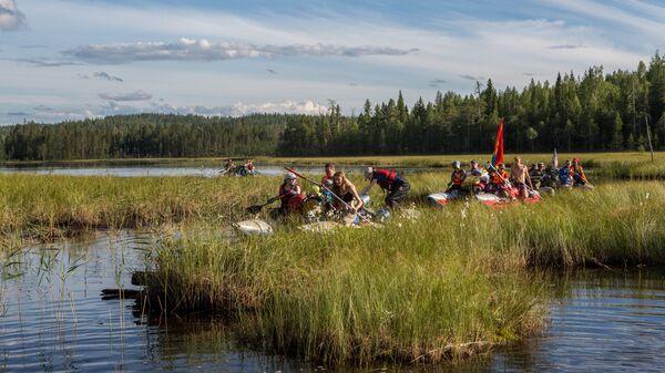 Туристы в протоке между озерами в Калевальском районе Карелии