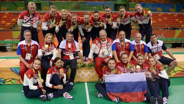 Спортсменки и тренеры сборной России, завоевавшие золотые медали в женском гандбольном турнире